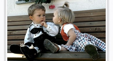 Cute-Small-Girl-trying-to-kiss-Boy